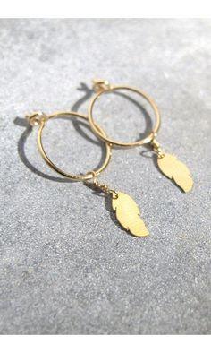 Tassia Canellis mini créoles Feather #creoles #minicréoles #hoops #plumes #feathers #feather #gold #doré #tassiacanellis