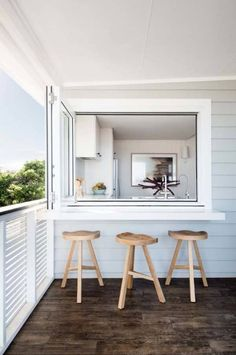 Dreamy beach house offers relaxed living off Australian coast - Strandhaus - Beach House Kitchens, Home Kitchens, Coastal Kitchens, Moraira, Beach House Decor, Beach House Interiors, Beach House Bathroom, Bathroom Wall, Beach Cottages