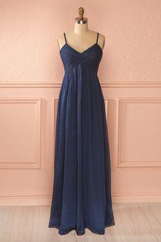 Les femmes, les fées et les nymphes s'entendent toutes sur la perfection de cette robe. Women, fairies, and nymphs all agree on the perfection of this dress. Steel blue pleated veil gown www.1861.ca