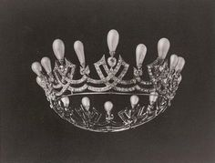 """Russian Wave Patter Tiara- diadem includes more than 500 brilliant diamonds in a stylized interpretation of a wave pattern, the """"waves"""" topped with 18 upright drop pearls Royal Crowns, Royal Tiaras, Crown Royal, Tiaras And Crowns, Lovers Knot Tiara, Maria Feodorovna, Diamond Tiara, Royal Jewelry, High Jewelry"""