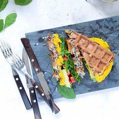 Kål-vafler med sød kartoffel creme - GreenGoddessGuide Frisk, Falafel, Oreos, Quinoa, Dessert, Snacks, Tableware, Blog, Cacao Powder