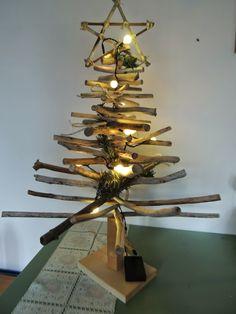 Artes da Zélia: Ainda sobre galhos secos... árvore de natal de dri...