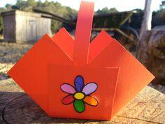 Cómo hacer una caja cesta con cartulina. Quieres aprender a hacer una caja en forma de cesta de cartulina? Es una actividad muy fácil y rápida de hacer. Les gustará mucho a las niñas ya que podrán crear sus propias cajas para poder guardar s...