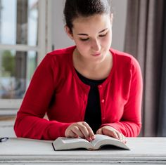 Una adolescente lee la Biblia
