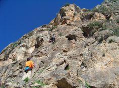 La pared del Tajo de la Fuente (Castala, Berja) está perfectamente equipada con vías de diferente nivel para la práctica de la escalada.