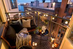 Pequeña terraza muy aprovechada con asientos y mesita.