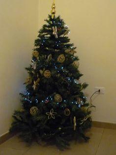 L'albero di Natale di Valentina D'Arcangelo è tutto handmade! È realizzato con palline di spago e stelle riciclando i rotoli di carta igienica.  #xmas #chritmas #tree #xmastree #christmastree #natale #albero