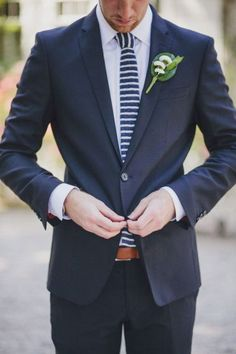 noivo de fato azul marinho e gravata às riscas