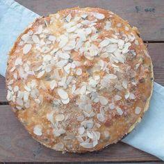Zacht en zoetig brood met rozijnen; deze kwarkbol is waanzinnig lekker. Lekker als ontbijt met roomboter en/of oude kaas.