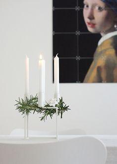 Es ging wieder so schnell, am Sonntag durfte schon die erste Kerze brennen. Wo ist das Jahr nur geblieben? Unser Adventskranz ist auch heuer ganz puristisch. Der Kerzenleuchter Kubus von by Lassen …