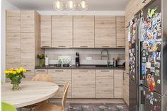 #IXINA #IXINAclara #IXINAkitchen #woodkitchen #germankitchens #modernkitchen #kitchendesign   #kitchenfurniture #kitchenideas #kitchendecor #kitchengermandesign  #bucatarieIXINA #bucatariemoderna #ideidelaixina Wood Texture, Modern, Divider, Kitchen Cabinets, Furniture, Room, Design, Home Decor, Bedroom