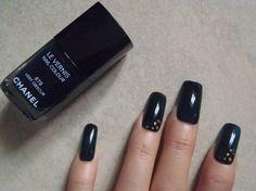 unghie finte verde scuro con puntini oro pois nail art unghie artificiali smalto autunno inverno 2015  trending squadrate lasoffittadiste