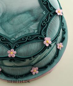 Seagreen with overpiping and stringwork – SifBeth Icing Academy