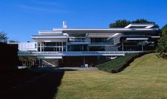 The internationally known architect Paul Rudolph designed the Bass residence in 1970. He studied with Walter Gropius and you can see that his style was an audacious mix of Frank Lloyd Wright, Louis Kahn and Mies Van Der Rohe. Check our selection of articles about Modernist architecture click on the image.