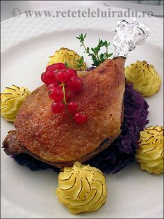 Duck confit with braised red cabbage and Duchesse potatoes Duchess Potatoes, Braised Red Cabbage, Duck Confit, Wine Dinner, French Food, Food Presentation, Bon Appetit, Wine Recipes, Recipies
