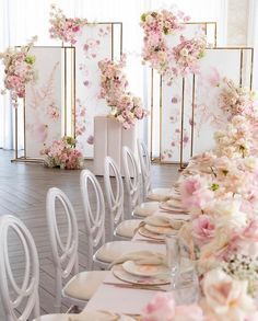 wedding beauty preparation Get inspired by these floral table setting ideas and start preparing a really fancy dinner with your friends in a luxury environment! Wedding Stage, Diy Wedding, Wedding Ceremony, Dream Wedding, Wedding App, Luxury Wedding, Wedding Bouquets, Wedding Flowers, Floral Wedding