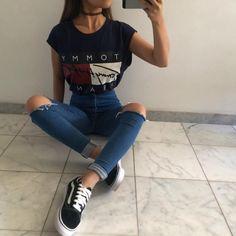 Casual basic. Camiseta com calça jeans rasgada e tênis