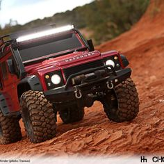 Land Rover enthusiasts and RC car fans take note, Traxxas is getting into the RC Landy space with this new Defender 110 with this new Scale and Trail Crawler offering that aims to please. Jeep Rubicon, Jeep Truck, Truck Camper, Jeep Stiles, Carros Suv, Mini Car, Land Rover Defender 110, Defender Suv, Landrover
