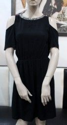 Čierne šaty s odhalenými ramenami