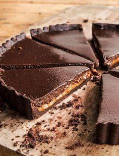 ¡Esta tarta es una bomba dulce para disfrutar con amigos y familiares! Chocolate y dulce de leche combinados perfectamente. ¿Qué te parece? Preparala así: Masa sableé de chocolate: 150 gr de manteca 50 gr de azúcar impalpable 1 yema 1 huevo 25 gr de cacao amargo 230 gr de harina 0000 sal fina (c/n) Llevar …