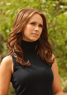 I've never been a huge fan of the sleeveless turtleneck, but this is Jennifer Love Hewitt and she makes it a fashion statement :)