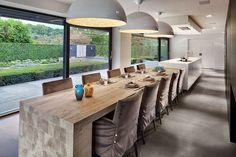 Una gran cocina con mesa para familia numerosa