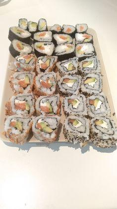 Makis de salmón, queso crema y aguacate, con sésamo, cebolla frita o algas by jarranz