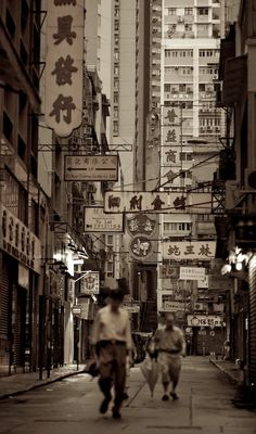 To the west of frenetic Hong Kong Central distric lies its quiet neighbour Sheung Wan, a very traditional and charming area that preserves the local flavour. This picture was taken just after sunrise and shows a few hongkongers heading their workplace.
