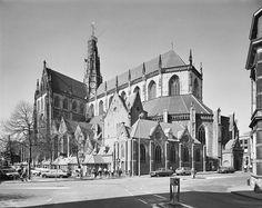 Haarlem: Klokhuisplein (rechts) Oude Groenmarkt (rechtdoor) en de Grote Kerk in 1970 Modern Buildings, Vintage Photographs, Netherlands, Holland, Places To Visit, History, Architecture, City, Travel