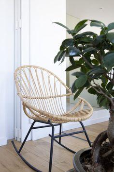 Pour rêver et bouquiner, un fauteuil en rotin à bascule de chez Maisons du Monde. #deco #décoration #home #design #inspiration #livingroom #salon