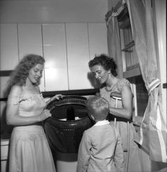 Marilyn with the winner of Photoplay magazine's dream house competition during the Love Happy tour in Warrensburg, June 1949 Marylin Monroe, Young Marilyn Monroe, Marilyn Monroe Photos, Hollywood Actresses, Old Hollywood, Divas, People Of Interest, Norma Jeane, Beautiful Actresses