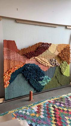 Weaving Loom Diy, Weaving Art, Tapestry Weaving, Hand Weaving, Weaving Projects, Crochet Projects, Macrame Wall Hanging Diy, Weaving Textiles, Yarn Crafts