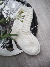 Rakkaudella Henna: Pirkan helpot pitsisukat! One Color, Colour, Handicraft, Baby Dress, Mittens, Christmas Stockings, Henna, Socks, Knitting