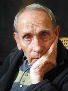 Tadeusz Konwicki wybitny pisarz. Odszedł wielki człowiek, ważny autorytet moralny i mistrz wszystkiego, co czynił. Przeżył 89 lat.
