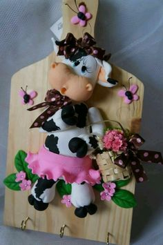 Vaquinha biscuit Fimo Clay, Polymer Clay Projects, Sugar Animal, Cow Craft, Chicken Crafts, Fondant Animals, Clay Baby, Cute Clay, Clay Ornaments