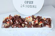 Mitä on rockyroad-suklaa? Rockyroadon suklaata, josta jokainen voi tehdä oman mielensä mukaisen. Suklaaseen voi sekoittaa vaahtokarkkeja, keksejä, pähkinöitä, muroja– aivan mitä tahansa! Rockyroadon herkku, joka tyydyttää makeannälän hetkessä ja sopii loistavasti myös juhlatarjoiluun.Tämä syksyinenrockyroad -suklaa sopiihyvin lähestyvän Halloweeninviettoon. Mitä tarvitset syksyisenrockyroadinvalmistamiseen? –200 g maitosuklaata –200 g tummaa suklaata –100 ...