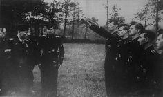 """1944, Le SS-Obersturmbahnführer Joachim Peiper commandant du 1er Régiment de char de la 1re Division blindée SS """"Adolf Hitler"""" lors d'une remise de médailles sur le front de l'Est"""