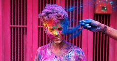 """Indiano recebe pó colorido no rosto durante celebração do festival Holi em Chennai, no sul da Índia. O festival hindu do Holi, também conhecido como """"festival das cores"""", anuncia a chegada da primavera e do fim do inverno no hemisfério norte"""