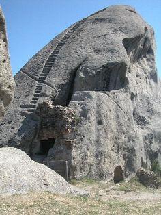 Castelmezzano, castello: guglia di arenaria, scavata e incisa. Basilicata   #TuscanyAgriturismoGiratola