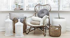 bambusowy fotel,kosze z trawy morskiej i orientalne latarenki w białym kolorze…