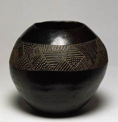 African artist Pot, 20th century Clay Zululand (historic), Africa