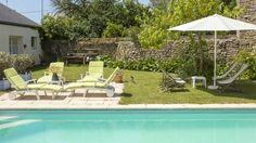 La piscine (chauffée de juin à septembre) : dans le jardin, à l'arrière de la #maison d'hôtes. http://leclosdumenallen.com