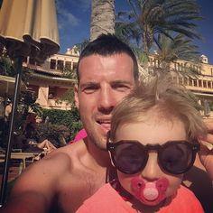 #AndreaLazzari Andrea Lazzari: #ciuccio ed #occhiali @eli80b tranquilla fatti un bel massaggino che ci pensa lei a terrorizzare tutti i  in piscina....!!!!  #Fuorteventura #swimming #pool #Paloma #Emma #holiday