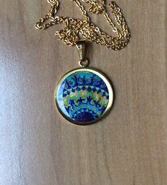 Medalla fragmento mandala pintada a mano ,acero dorado.