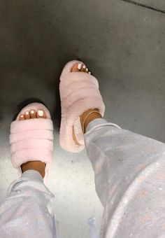 Cute Sandals, Shoes Sandals, Girls Sandals, Outfits Ugg Boots, Pink Outfits, Fall Outfits, Ugg Bailey, Souliers Nike, Sneakers Fashion