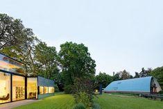 Aus ihrer Dependance kann die Bauherrin ihr legendäres, denkmalgeschütztes Haus sehen   Gatermann + Schossig Architekten ©Jens Willbrand Photographie, Köln