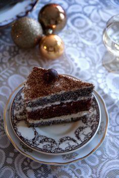 — Makowo-kakaowy tort z kremem i wiśniami