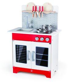 Une jolie cuisine en bois peint de couleur rouge blanche et grise de la marque Hape. Robuste et très complète avec un évier, une plaque de cuisson, un four, un grand placard et une étagère sur une crédence. Les accessoires de cuisine sont inclus, elle encourage les jeunes chefs à cuisiner de tout ! A partir de 3 ans+