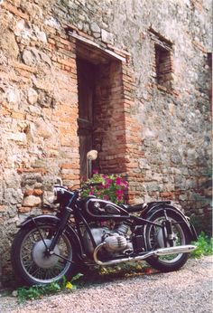 Vintage Motorcycles Vintage Beamer in the old world, doesn't get much better - Bmw Boxer, Bmw Vintage, Vintage Bikes, Bmw Classic, Classic Bikes, Cool Motorcycles, Vintage Motorcycles, Bmw R51, Scooters