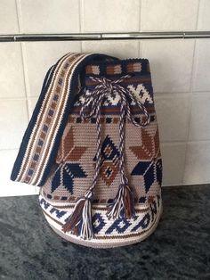 This Pin was discovered by Jan Tapestry Crochet Patterns, Crochet Motif, Knit Crochet, Crotchet Bags, Knitted Bags, Wiggly Crochet, Mochila Crochet, Tapestry Bag, Crochet Purses